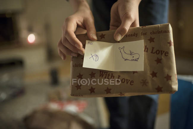 Heiligabend, Hände halten Geschenk — Stockfoto