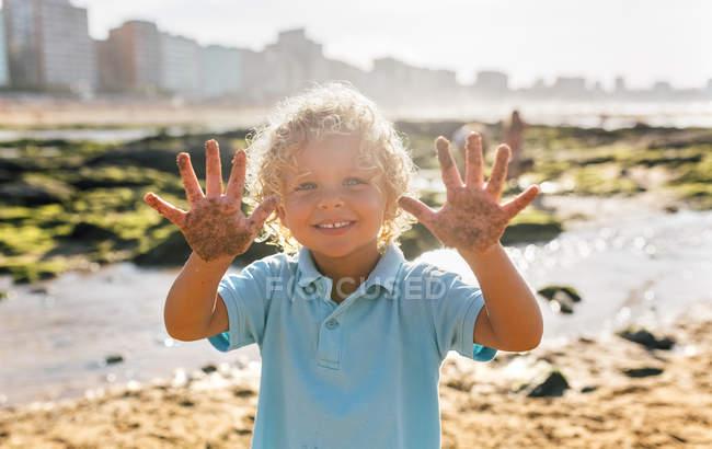 Gamin jouant sur la plage, Gijn, Asturies, Espagne — Photo de stock