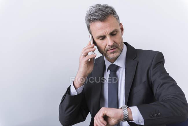 Geschäftsmann telefoniert — Stockfoto