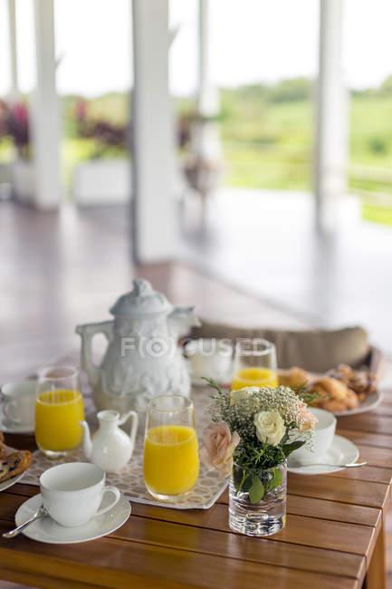 Vista della tavola apparecchiata con teiera e bicchieri — Foto stock