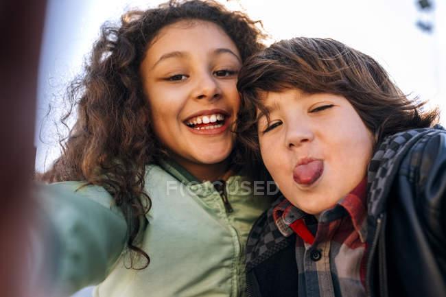 Primo piano di due bambini che si fanno un selfie — Foto stock