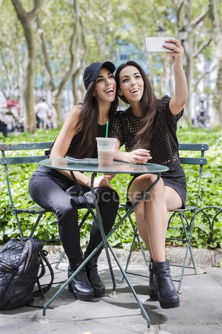 Gemelle prendendo selfie — Foto stock
