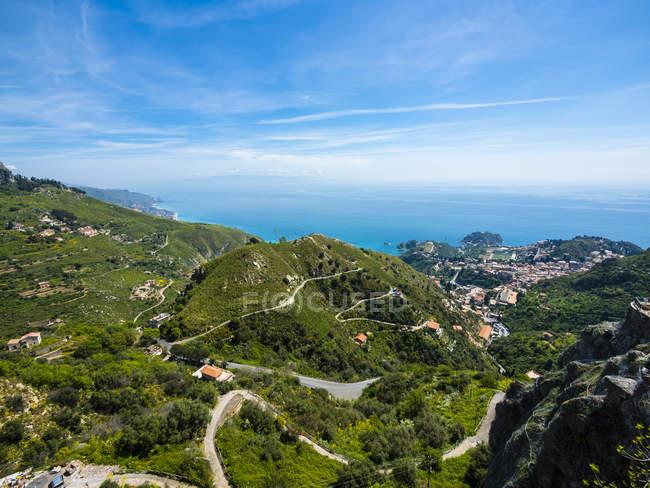 Italien, Sizilien, Castelmola, krumme Straßen in den Bergen und an der Küste — Stockfoto