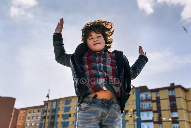 Mignon petit garçon sautant dans l'air — Photo de stock