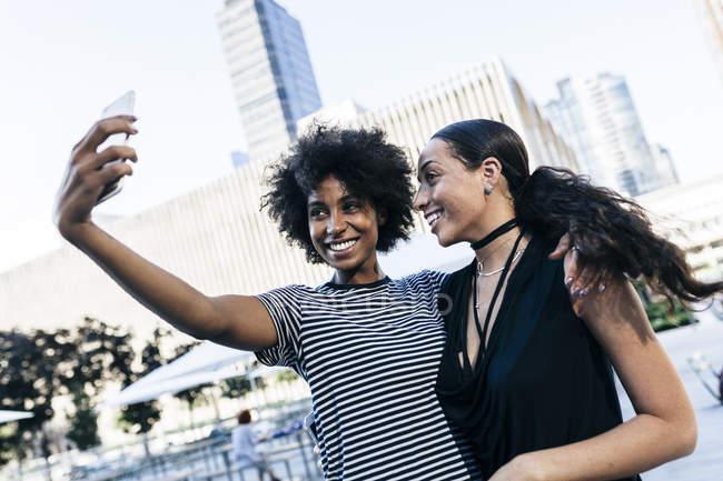 Jeune attrayant afro-américain amies prendre selfie à la ville — Photo de stock