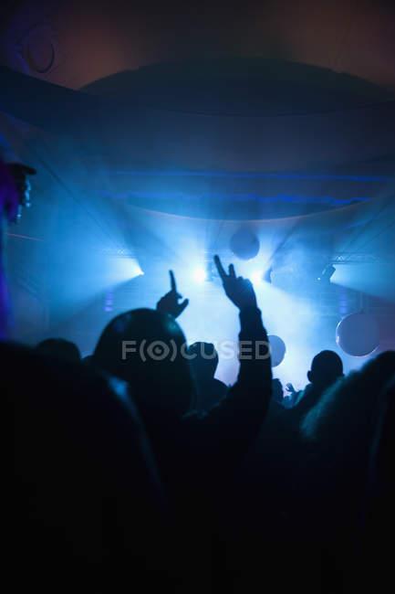 Толпа весело на концерте в темноте. — стоковое фото
