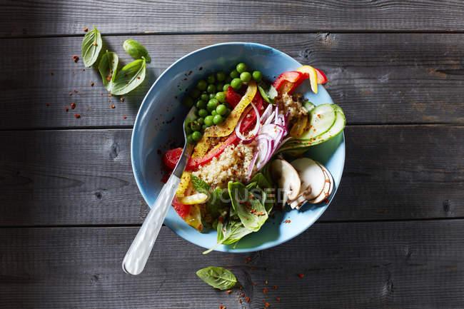 Draufsicht der Gemüsesalat mit Champignons und Erbsen in Schüssel — Stockfoto