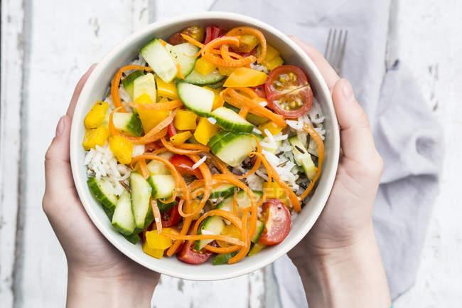 Salada de arroz com legumes mistos — Fotografia de Stock