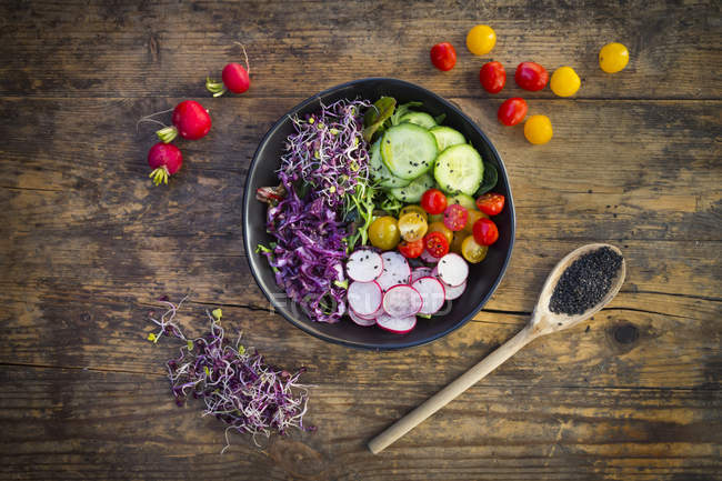 Organic leaf salad with mixed vegetables — Stock Photo