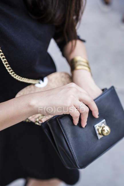 Porträt der jungen Frau Suche in Tasche beschnitten — Stockfoto