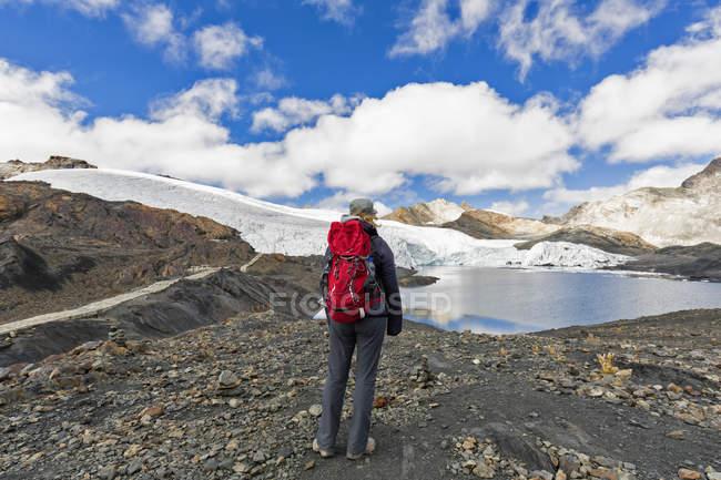 Turística de Peru, Andes, Cordilheira Blanca, Parque Nacional de Huascarán, no lago do glaciar de costa de Pastoruri — Fotografia de Stock