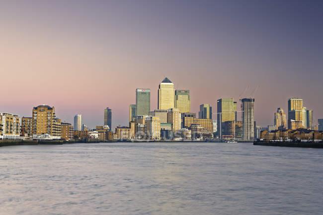 Погляд на фінансовий центр Кенері-Уорф і Темза, Лондон, Великобританія — стокове фото