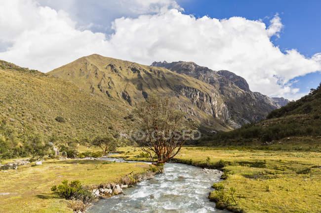 Peru, Andes, Parque Nacional Huascaran, paisagem com montanhas e no vale do Rio — Fotografia de Stock