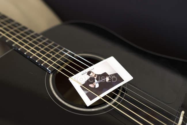 Foto eines Musikers zwischen Gitarrensaiten — Stockfoto