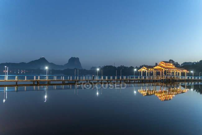 Kan Thar Yar lago al crepuscolo, PA-an, Myanmar, Asia — Foto stock