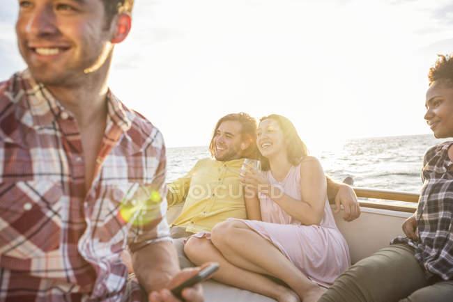 Amigos felizes saindo em uma viagem de barco — Fotografia de Stock