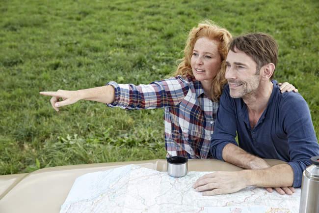 Пара с картой на Ван, ищет направления — стоковое фото