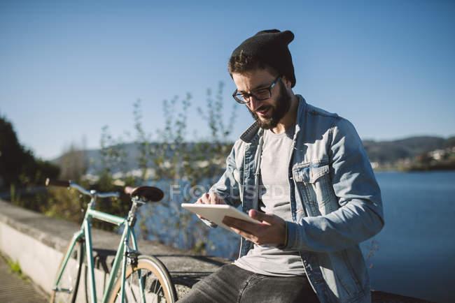 Випадковий юнак за допомогою планшетного ПК на відкритому повітрі, місті Ferrol, Галичини, Іспанія — стокове фото