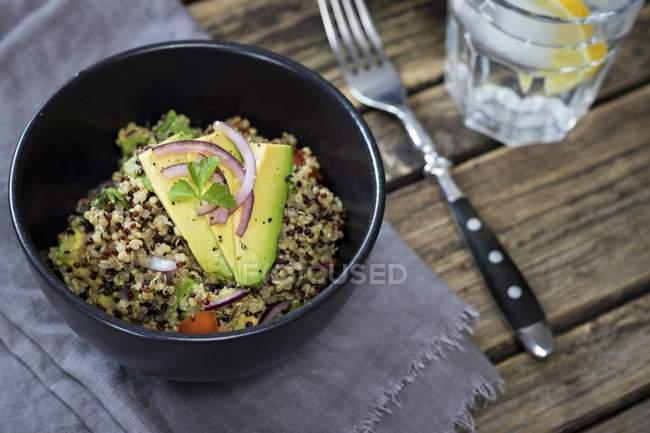Vista del primo piano dell'insalata di quinoa con l'avocado in ciotola — Foto stock