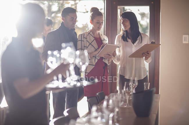 Уверенные в себе винотестеры, стоящие в ресторане — стоковое фото