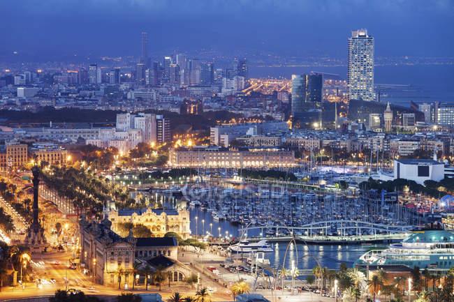 Spanien, Barcelona, Blick auf die beleuchtete Stadt bei Nacht — Stockfoto