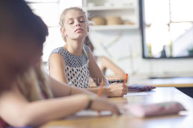 Studentessa sbirciare durante il test di classe — Foto stock