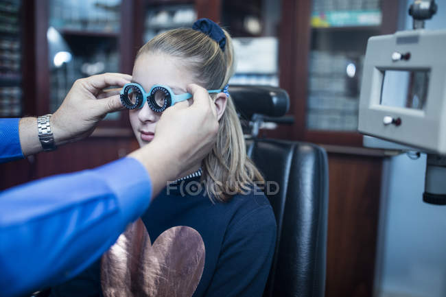 Girl doing eye test at optometrist — Stock Photo