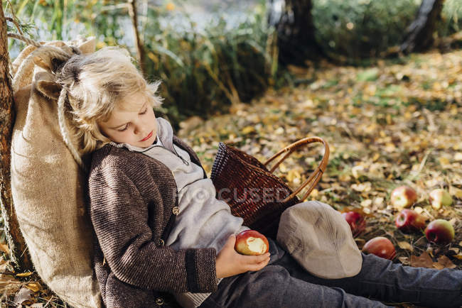 Hansel and Gretel, Boy in forest leaning against tree, sleeping — Stock Photo