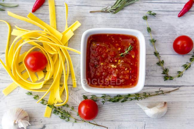 Ciotola Di Salsa Di Pomodoro Fatta In Casa Ingredienti E Pasta Su