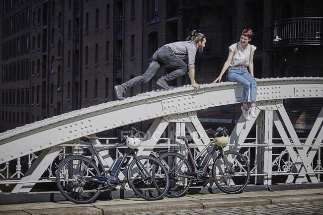 Портрет людина сходження на жінку на мосту — стокове фото