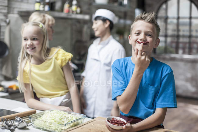 Kids and adults taking cooking course — Stock Photo