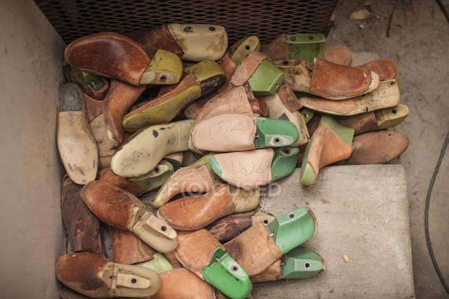 Куча обуви в мастерской сапожников — стоковое фото