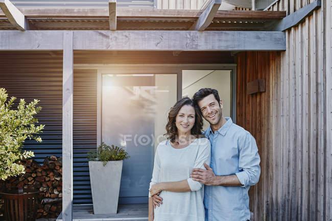 Пара стоячи перед двері будинку — стокове фото