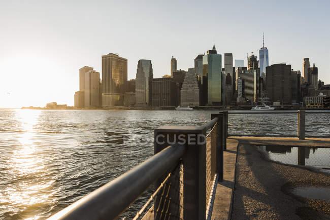 Paisagem urbana de Manhattan de Nova York, E.u.a., ao pôr do sol — Fotografia de Stock
