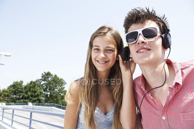 Two teenage friends with headphones outdoors — Stock Photo