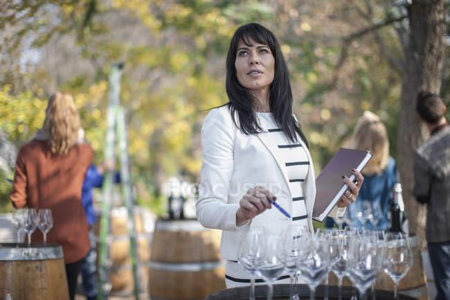 Verkäuferin bei Weinverkauf bereitet Weinstation vor — Stockfoto