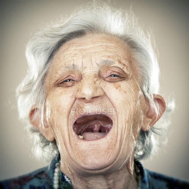 Portrait de rire femme âgée regardant la caméra — Photo de stock