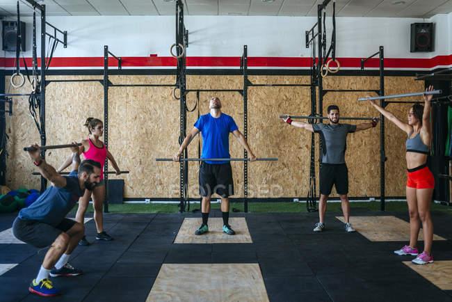 Kaukasische sportliche Gruppe von Athleten trainieren im Fitness-Studio — Stockfoto