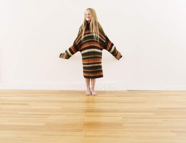 Дівчата носіння негабаритних в'язати Пуловер — стокове фото