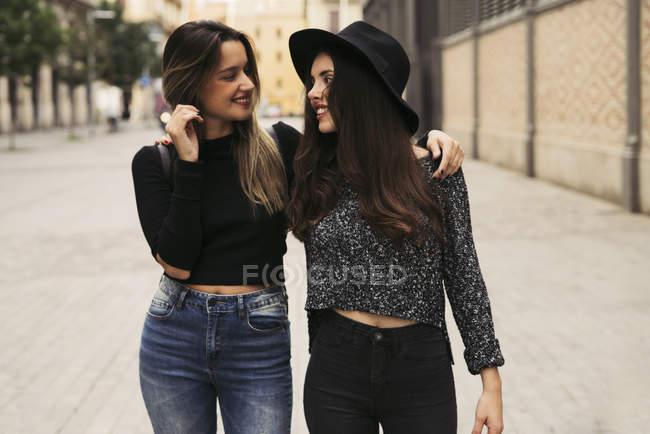 Due migliori amici felici che camminano in città — Foto stock