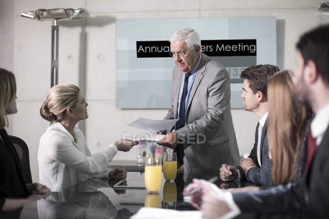 Partner commerciali discutendo la transazione di affari nella riunione — Foto stock