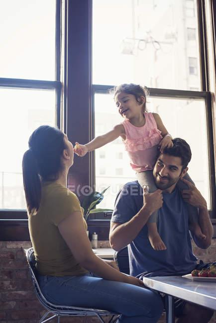 Glückliche Familie hat Spaß in der Küche — Stockfoto