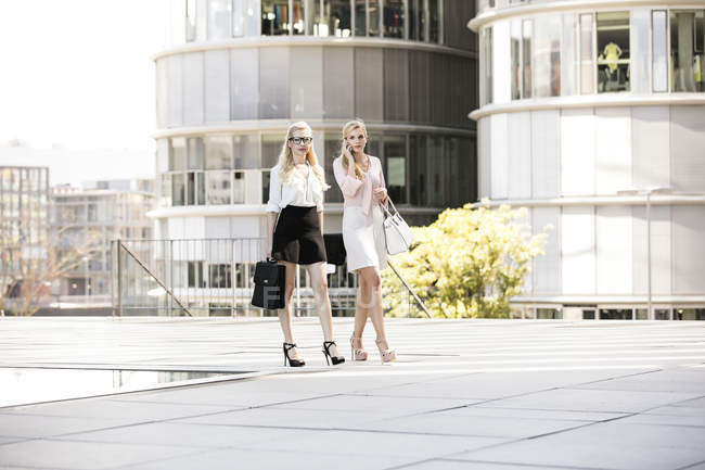 Duas empresárias de moda com sacos e smartphone — Fotografia de Stock