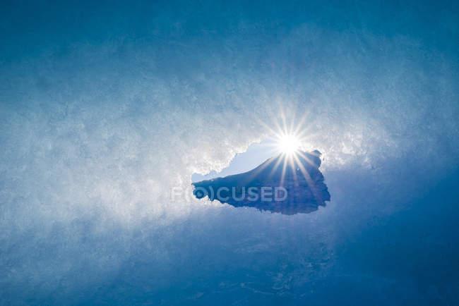 Vue sous-marine du soleil dans la glace bleue, Islande — Photo de stock