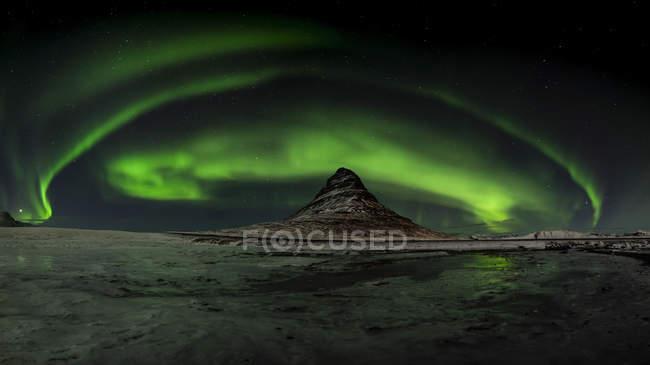 Северное сияние над горой Киркьюфелл, Исландия — стоковое фото