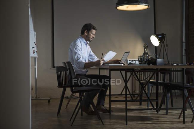 Серйозний бізнесмен пізно працює в офісі — стокове фото