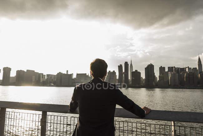 Businessman looking at skyline of Manhattan, New York City, USA — Stock Photo