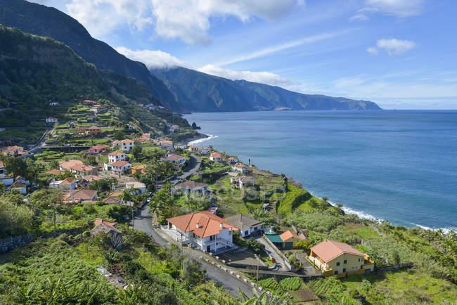 Vista de Portugal, Madeira, de Ponta Delgada, na costa norte — Fotografia de Stock