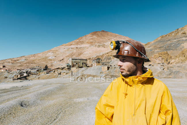 Bolivia, Potosi, tourist wearing protective clothing in front of the Cerro Rico silver mine — Stock Photo