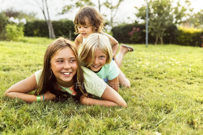 Three little girls having fun outdoors — Stock Photo